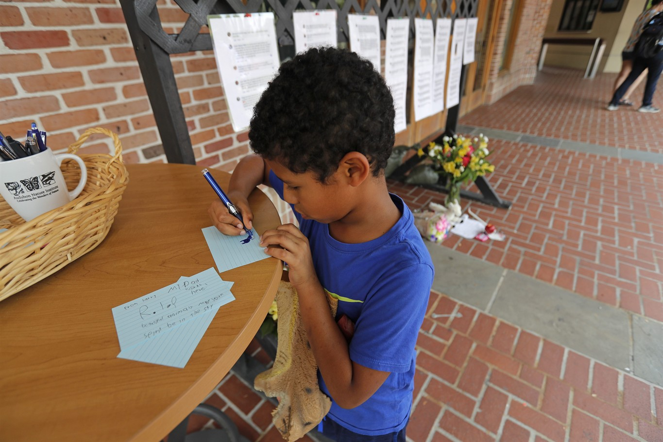 Attractive Larry Rivarde, 8, Writes A Note Of Condolence At A Makeshift Memorial  Outside The Audubon Zoo In New Orleans, Monday, July 16, 2018.
